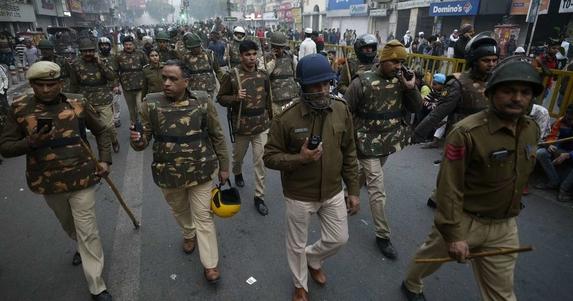 VIDEO: BREAKING NEWS: CAA Lucknow Protest: प्रदर्शनकारियों पर पुलिस की बड़ी कार्रवाई