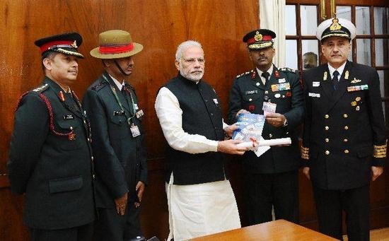 प्रधानमंत्री ने सशस्त्र सेना झंडा दिवस के अवसर पर सशस्त्र बलों के सैनिकों को सलामी दी: प्रधानमंत्री कार्यालय