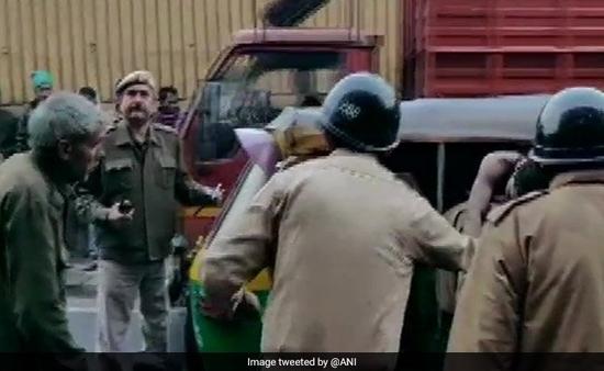 उत्तरी दिल्ली में फैक्ट्री में लगी भीषण आग: 43 लोगों की मौत, मालिक के खिलाफ मामला दर्ज