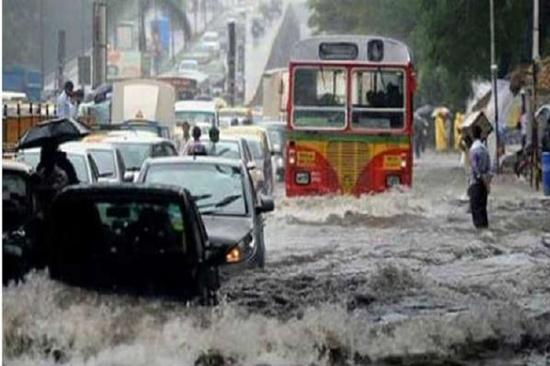 मुंबई में फिर से मूसलाधार बारिश, लोकल ट्रेन, सड़क यातायात बुरी तरह प्रभावित