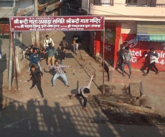 CAA नागरिक संसोधन ऐक्ट के खिलाफ आंदोलन की आग लखनऊ में भी - धारा 144 लागू  - नदवा कॉलेज और इंटीग्रल विवि में पथराव-हवाई फायरिंग