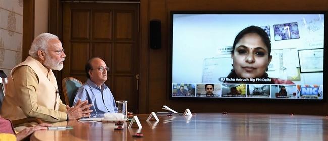 प्रधानमंत्री ने रेडियो जॉकीज़ के साथ बातचीत की